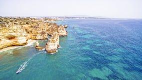 Natuurlijke rotsen dichtbij Lagos in Portugal Stock Foto's