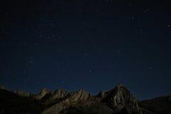 Natuurlijke rotsen en sterren bij nacht Royalty-vrije Stock Foto