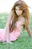 Natuurlijke schoonheid in roze kleding buiten stock afbeeldingen