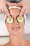 Natuurlijke schoonheidsbehandeling met komkommer op ogen royalty-vrije stock foto