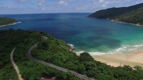 Natuurlijke seaview en groene bomen, van een hoogte stock videobeelden
