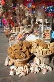 Natuurlijke sponsen, herinneringen en shells op verkoop Stock Afbeelding