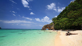Natuurlijke steenboog op eiland Khai bij zuidelijk van Thailand Stock Afbeelding