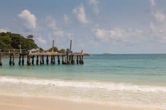 Natuurlijke strandhorizon met de visserij van pijler Royalty-vrije Stock Foto's