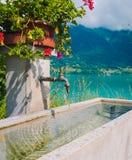 Natuurlijke tapkraan op de manier aan de stad van Interlaken Royalty-vrije Stock Foto's
