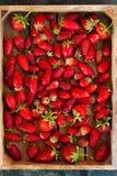 Natuurlijke textuur van rijpe aardbeien Banner van aardbeien in een houten vakje close-up en exemplaarruimte stock foto's