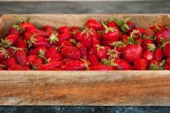 Natuurlijke textuur van rijpe aardbeien Banner van aardbeien in een houten vakje close-up en exemplaarruimte stock afbeelding