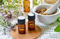 Natuurlijke therapie met etherische oliën en kruiden Stock Foto's