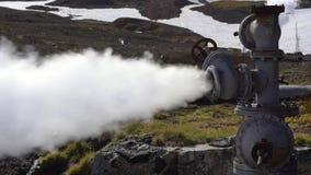 Natuurlijke thermische minerale stoom-water emissie van geologisch goed stock videobeelden