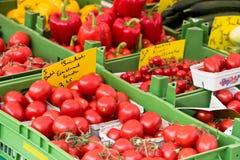 Natuurlijke tomaten in dozen op de markt van de landbouwer Stock Foto's