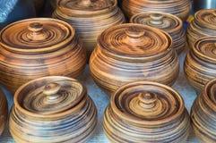 Natuurlijke traditionele mooie oude de keukentoestellen van het kleiaardewerk, schotels, kruiken, vazen, potten, mokken De achter stock afbeeldingen