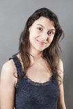 Natuurlijke vrouw die met fijn haar uitdrukkend welzijn glimlachen Stock Foto