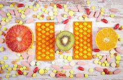 Natuurlijke vruchten en pillen, keus tussen gezonde voeding en supplementen royalty-vrije stock foto