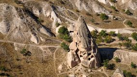 Natuurlijke vulkanische geërodeerde vorming met gecreeerde holhuizen bij zonnige dag het leven museum, Cappadocia, Turkije royalty-vrije stock fotografie