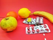 Natuurlijke winsten tegen chemische pillen royalty-vrije stock foto