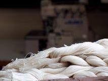 Natuurlijke witte katoenen garens voor het maken van de traditionele textiel van de ambachtenfolklore stock afbeelding
