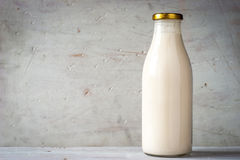 Natuurlijke yoghurt in de horizontale glasfles Stock Foto's