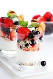 Natuurlijke yoghurt en verse bes stock foto's
