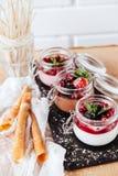 Natuurlijke yoghurt met verse bessen en muesli stock foto's