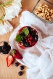 Natuurlijke yoghurt met verse bessen en muesli Gezond dessert stock foto's