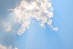 Natuurlijke zachte wolkenpatroon en zonneschijnstraal op blauwe hemelachtergrond Royalty-vrije Stock Foto's