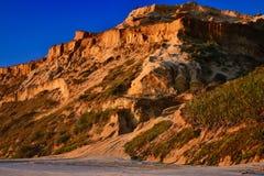 Natuurlijke zandsteenvormingen: gevormd van gecementeerde zandkorrels, geeloranje in kleur, die ruwe klippen vormen tegen helder  stock foto's