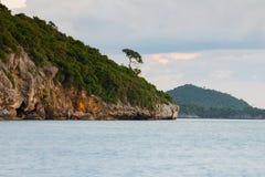 Natuurlijke zeekusthorizon met blauwe hemelachtergrond Royalty-vrije Stock Fotografie