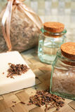 Natuurlijke zeep, flessen overzeese zoute, droge lavendel Stock Afbeelding