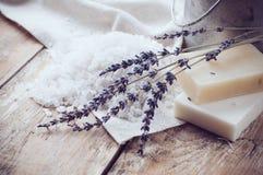Natuurlijke zeep, lavendel, zout, doek royalty-vrije stock fotografie
