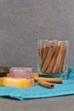 Natuurlijke zeep met kruiden en luffa Stock Afbeelding