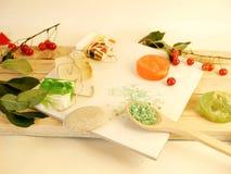Natuurlijke zeep, overzees zout, knoppen, bloemblaadjes, rode rozen, shells en stenen op de lijst royalty-vrije stock afbeeldingen