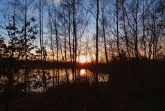 Natuurlijke Zonsondergangzonsopgang over Gebied/Meer stock foto