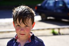 Natuurlijke zorg Kleine jongen met jonge gezichtshuid Gevoelige babyhuid Weinig jongenskind op zonnige dag Kinderverzorging Skinc stock afbeeldingen
