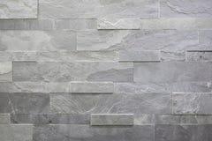 Natuursteen, vlot lineair metselwerk, grijze hulptextuur De muur wordt gemaakt van steen, is de oppervlakte geweven stock afbeeldingen
