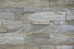 Natuursteen, vlot lineair metselwerk, grijze hulptextuur De muur wordt gemaakt van steen, is de oppervlakte geweven, kleur stock foto