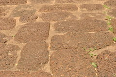 Natuursteengang in tuin Stock Fotografie