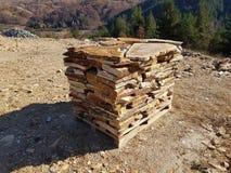 Natuursteentegels op Pallet in een Steengroeve stock foto