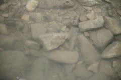 Natuurstenen onder water stock foto