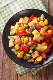 Natuurvoeding: Salade van vers exotisch tropisch vruchten close-up  Stock Foto