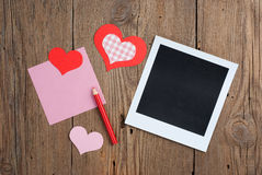 Natychmiastowa fotografia z notatką, ołówkiem i sercami pustego miejsca, Fotografia Royalty Free