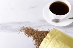 Natychmiastowa kawa w zamka błyskawicznego kędziorka packeging i biały porcelany filiżanki jf smakowitej świeżej przygotowanej ka zdjęcia stock