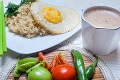 Natychmiastowi kluski z Azjatyckimi smakami tam są jajkami i napojami Zdjęcie Royalty Free