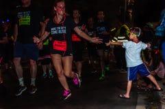 Natychmiastowy stuknięcie między biegaczem i młodym fan Obraz Royalty Free