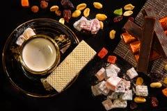 Natyutmort orientaliska sötsaker och en kopp av varmt kaffe royaltyfri bild