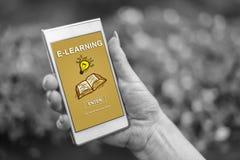 Nauczania online pojęcie na smartphone zdjęcia royalty free