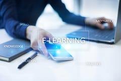 nauczanie online na wirtualnym ekranie pojęcia edukaci internetów klawiatura uczy się słowo Zdjęcie Royalty Free