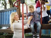 Nauczyciel bierze opiekę dzieciniec dziewczyna przy boiskiem zdjęcie royalty free