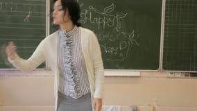 Nauczyciel blisko do blackboard zbiory wideo