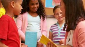 Nauczyciel czyta jej uczniom opowieść zdjęcie wideo