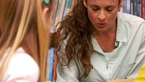 Nauczyciel czyta książkę dziecko zbiory